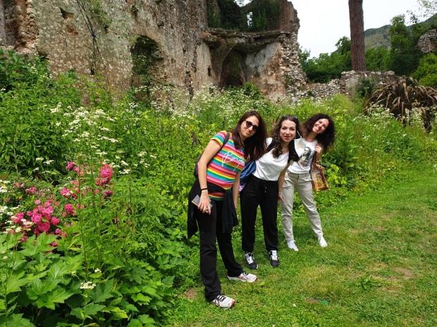 Amiche e travelblogger a Ninfa